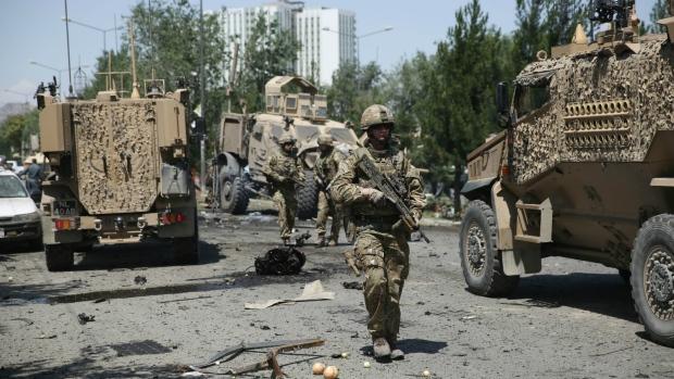 ATAC sinucigaş în apropierea aeroportului din Kabul, soldat cu numeroase VICTIME